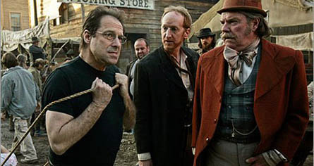 David Milch sur le plateau de Deadwood